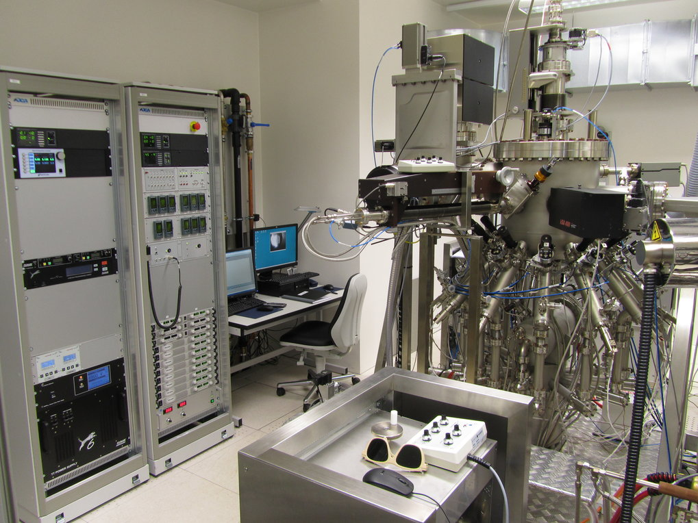 View on the Oxide MBE growth chamber. On the left side: electronic cabinets with power supplys for the effusion cells and e-gun evaporator. In the background: computers for writing recipies for the MBE and for controlling the growth conditions (RGA and RHEED)