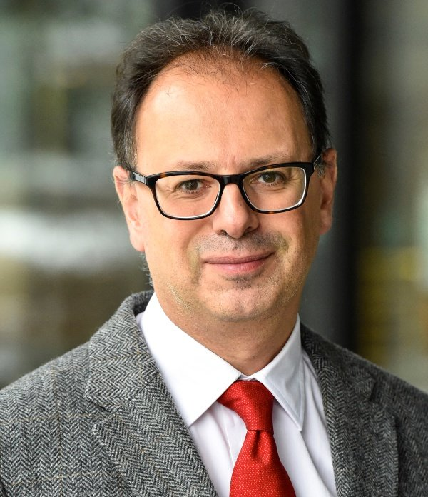 "Professor Ali Alavi wurde zum ""Fellow of the Royal Society"" gewählt. (05.2015)"